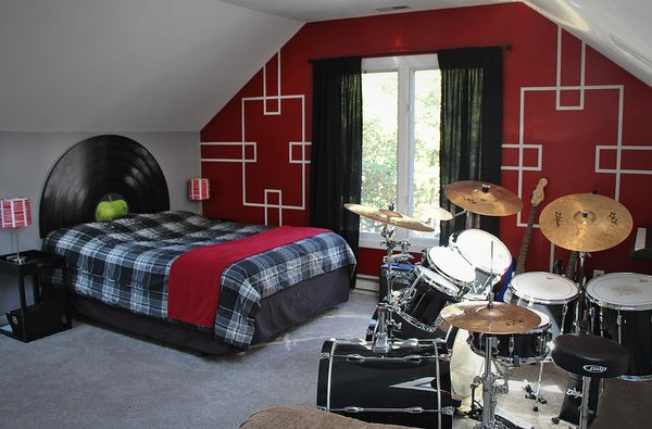 Rock n 39 roll bedroom with beatles lp record headboard for Beatles bedroom ideas